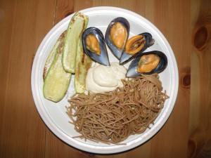 pasta, mejillones, tofunesa y calabacín
